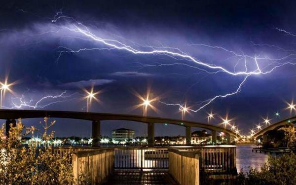 image عکس دیدنی رعد و برق در ساحل دیتونا در فلوریدا