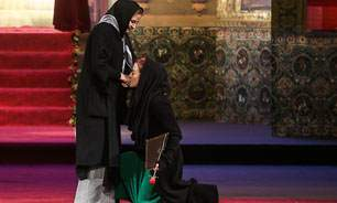 image فیلم تصویری مریلا زارعی موقع زانو زدن در برابر مهری شیرازی
