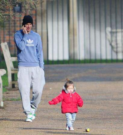 image فوتبالیست مشهور دیوید بکهام در حال قدم زدن با دخترش