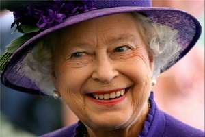 image لبخند ملکه انگلستان سر میز شام سلطنتی