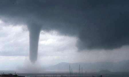 image گردباد در حال شکلگیری در ایتالیا