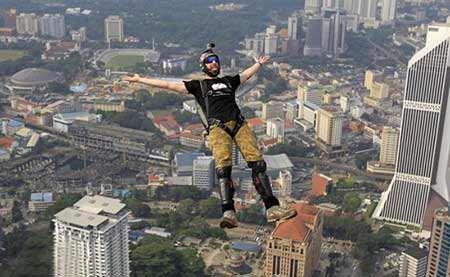 image, پرش از برج در کوالالامپور مالزی