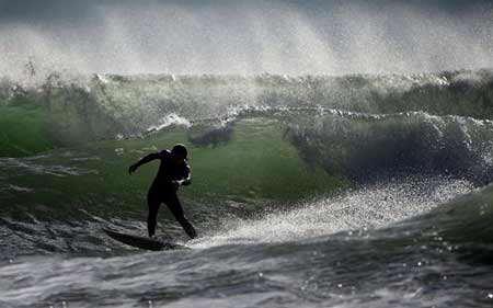 image موج سواری در آب های مدیترانه