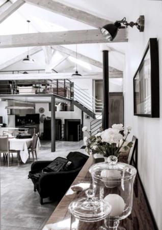 image دکوراسیون رنگ تیره خانه به شکل سنتی و کهنه