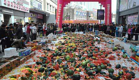 image شکستن هندوانه های مسموم نشانه اعتراض چین