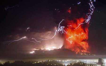 image, فوران آتشفشان و تداخل با رعد و برق شیلی