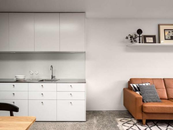 image چیدمان شیک و ساده یک آپارتمان مستطیل کوچک