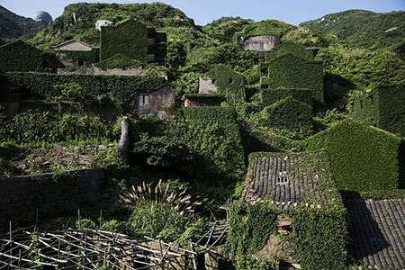 image خانه های متروکه پوشیده شده از گیاهان چین