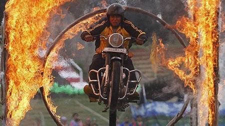 image, پرش موتور سوار کشمیری از حلقه آتش در هند