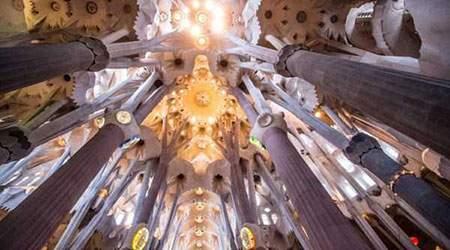 image نمای داخلی یک ساختمان قدیمی بارسلونا اسپانیا