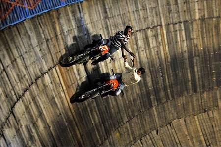 image عکس دیدنی اجرای نمایش دیوار مرگ در هند