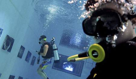image, ساخت نمایشگاه عکس در زیر آب پکن