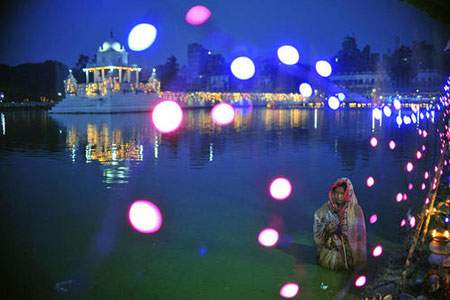 عکس, هندوهای نپالی در جشنواره چات پوجا در انتظار طلوع آفتاب