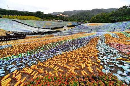 image نقاشی بزرگ زمینی با استفاده از بطری های پلاستیکی چین