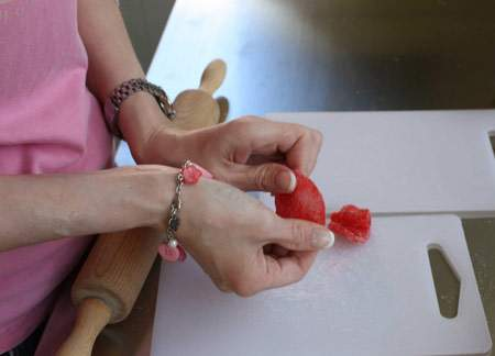 image آموزش مرحله ای ساخت گل های خوراکی رنگی برای شیرینی
