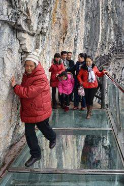 image, پل شیشه ای یک کیلومتری پارک ملی گویژو