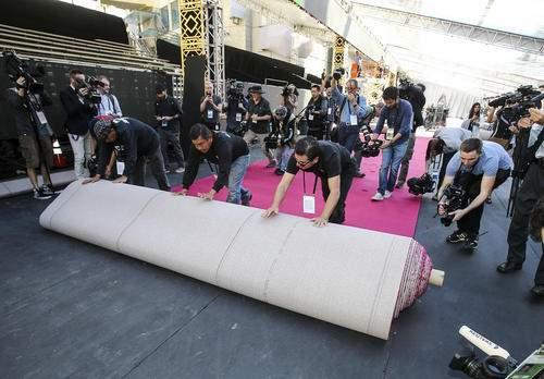 image عکس لحظه پهن کردن فرش قرمز مراسم اسکار هالیوود