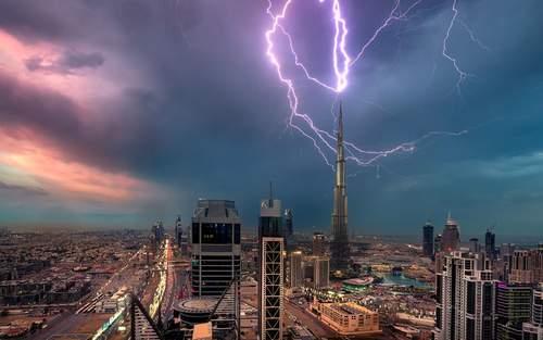 image عکس دیدینی برخورد رعد و برق به برج خلیفه دوبی