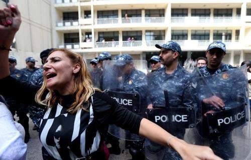 image, زن معترض در مقابل سازمان مرکزی بازرسی لبنان بیروت