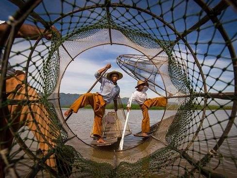 image, عکس زیبای ماهیگیری پدر و پسر در دریاچه میانمار