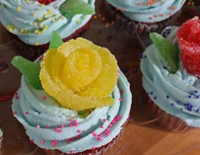 عکس, آموزش مرحله ای ساخت گل های خوراکی رنگی برای شیرینی