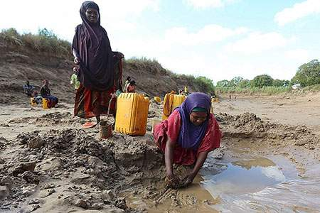 image تلاش برای جمع آوری آب آشامیدنی سومالی