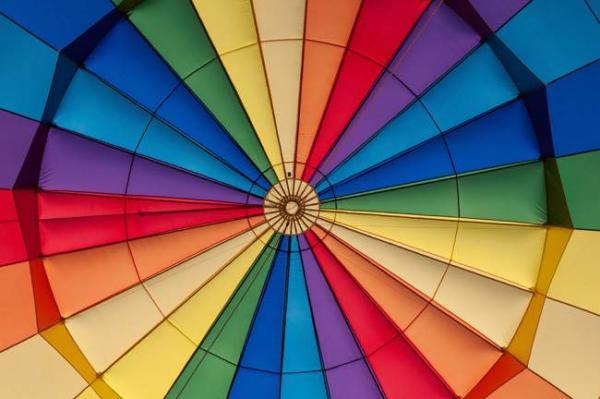 image, واکنش جالب آدم ها هنگام دیدن رنگ های مختلف لباس شما
