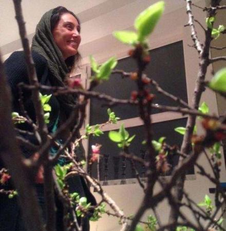 image هنرمند محبوب هدیه تهرانی کنار سفره هفت سین