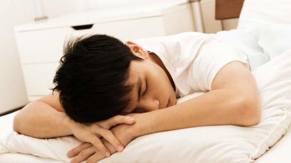image ضررهای فراوان خوابیدن روی شکم برای سلامتی