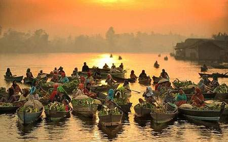 image بازار زیبای شناور روی قایق هنگام غروب اندونزی