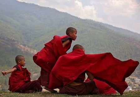 image, تصویر زیبای سه راهب نوجوان در حال استراحت در بوتان