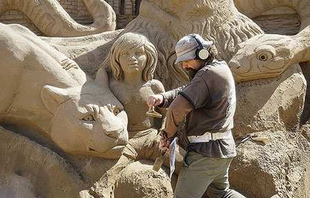 image ساخت مجسمه شنی توسط هنرمند روس قزاقستان