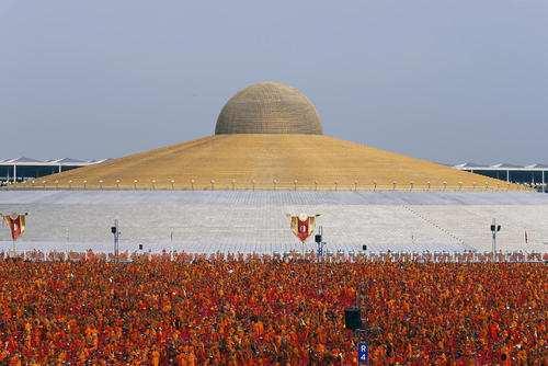 image تصاویر گردهمایی سالانه هزاران راهب بودایی تایلند در معبد