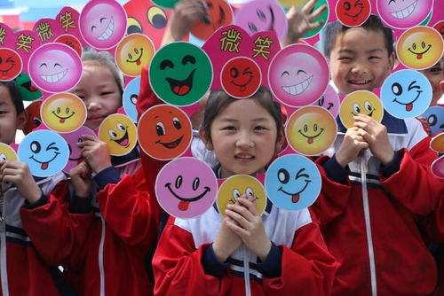 image عکس بچه مدرسه ای های چینی در استقبال روز جهانی لبخند