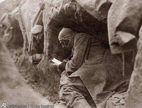image, عکس سربازان جنگ جهانی اول در سنگر هنگام نوشتن نامه