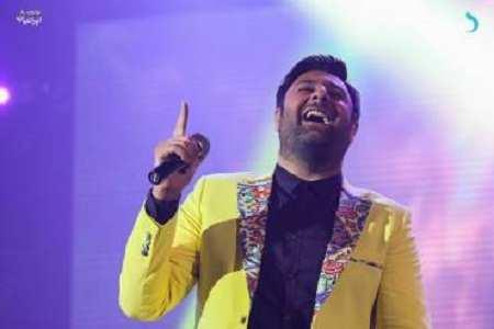 image عکسی زیبا از خنده محمد علیزاده هنگام اجرای کنسرت