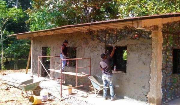 image گزارش تصویری از خلاقیت ساخت خانه با بطری های دور ریختنی