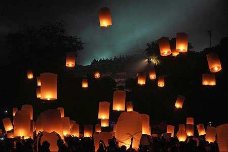 image پرواز صدها فانوس آرزو به مناسبت جشن بودایی