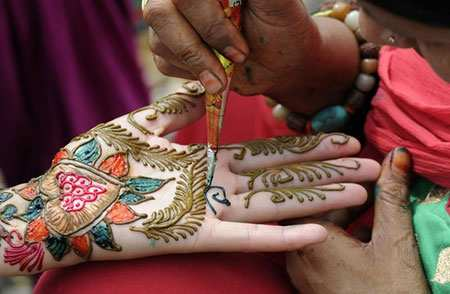 image عکسی زیبا از رنگ آمیزی دستان عروسان نپالی با حنا