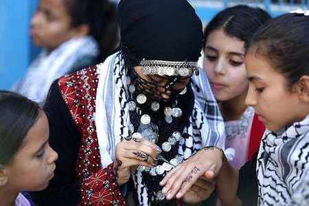 image حنا گذاشتن روی دستان دختران در هفته بازی های تابستانی غزه