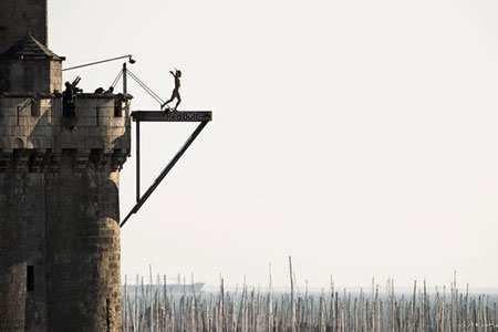 image, تصویری از مسابقات پرش رد بول از سکوی عمارت برج سنت نیکولاس