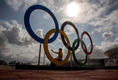image تصویری زیبا از حلقه های نماد المپیک در استادیوم شهر ریو