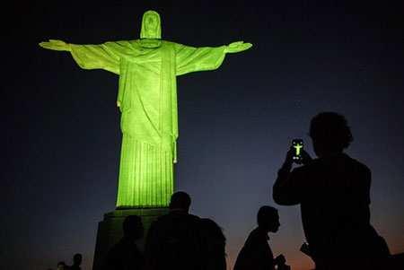 image, گردشگران المپیک در کنار مجسمه بزرگ مسیح ریودوژانیرو
