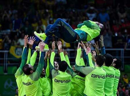 image شادمانی بازیکنان تیم ملی والیبال برزیل از کسب قهرمانی المپیک