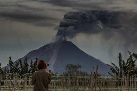 image کسی زیبا از لحظه فعالیت کوه آتشفشانی در کارو اندونزی