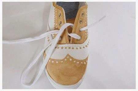 image چطور کفش های ساده و سفید رنگ را خودمان تزیین کنیم