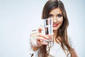 image اثرات آب خوردن ناشتا قبل از خوردن قهوه یا چای روی بدن