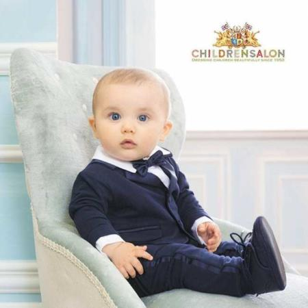 image, عکس زیبا از یک پسر بچه تپل چشم آبی با کت و شلوار