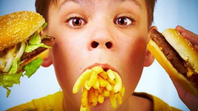image, خوردن خوراکی های فاقد ارزش غذایی چه تاثیری روی بچه ها دارد