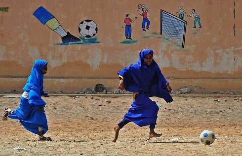 image, تصویر دختران مدرسه ای با حجاب در سومالی هنگام بازی فوتبال